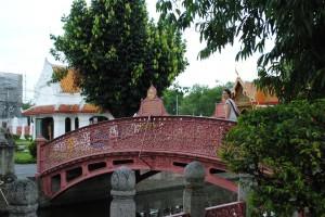 Passeggiando su un ponte rosso, Bangkok
