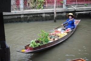 Bancherella di frutta al mercato galleggiante, Thailandia