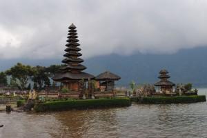 Le nubi affliggono il Pura Ulun Danu Batur