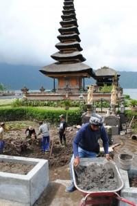 Men at work @ Pura Ulun Danu Batur