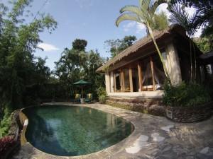 La nostra villa, vista dalla piscina privata